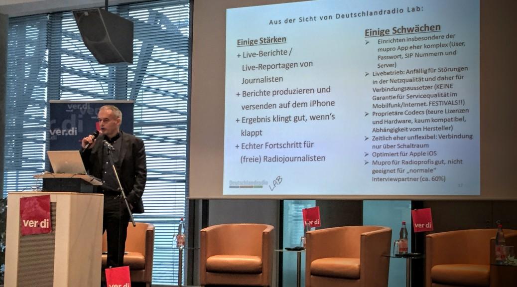 Tarik Ahmia präsentiert dradiointerview auf einer medienpolitischen Tagung von ver.di und dem DGB in Leipzig
